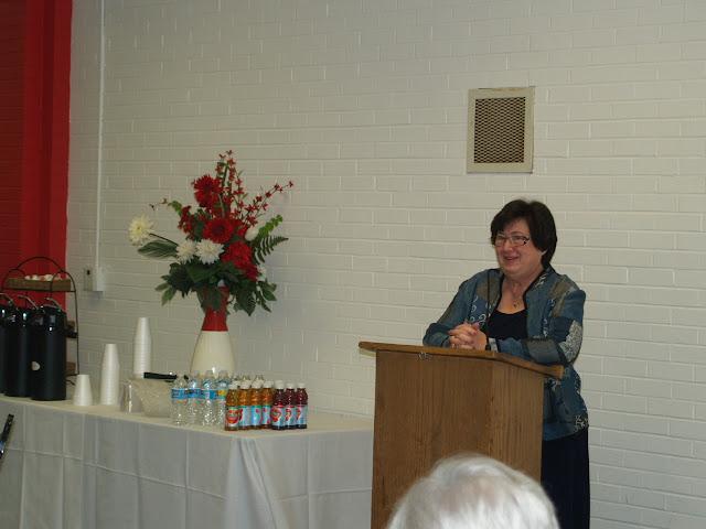 Past VP Linda Kidd thanks volunteers.