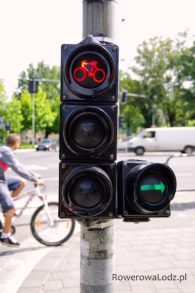 U wylotu kontrapasa specjalna sygnalizacja świetlna - trzykomorowa dla rowerzystów plus - zielona strzałka do zjechania na drogę dla rowerów.