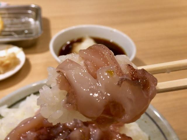 イカの塩辛とゴハンを箸で持ち上げてみた