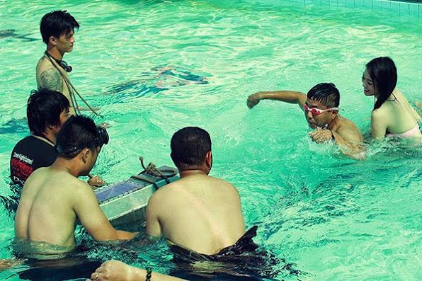 Khanh My dien bikini boc lua tap boi cho Duc Thinh 4