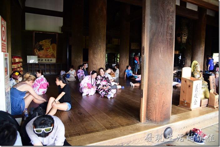 清水寺本堂內必須拖鞋才能入內,可以看到木柱旁坐滿了休息的遊客。
