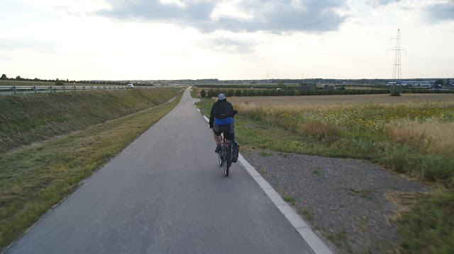 Wzdłuż odcinka 1.2 asfaltowa droga dla rowerów cieszy się dużym powodzeniem. Po drodze spotkaliśmy nie tylko rowerzystów, ale także deskorolkarzy, rolkarzy oraz seniorki uprawiające nordic walking. Zapewne są to osoby z Opola Lubelskiego.