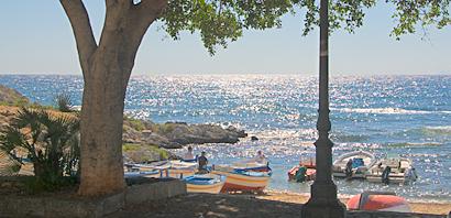 Sizilien - Strand am Rand des Fischerdorfs Sant'Elia.