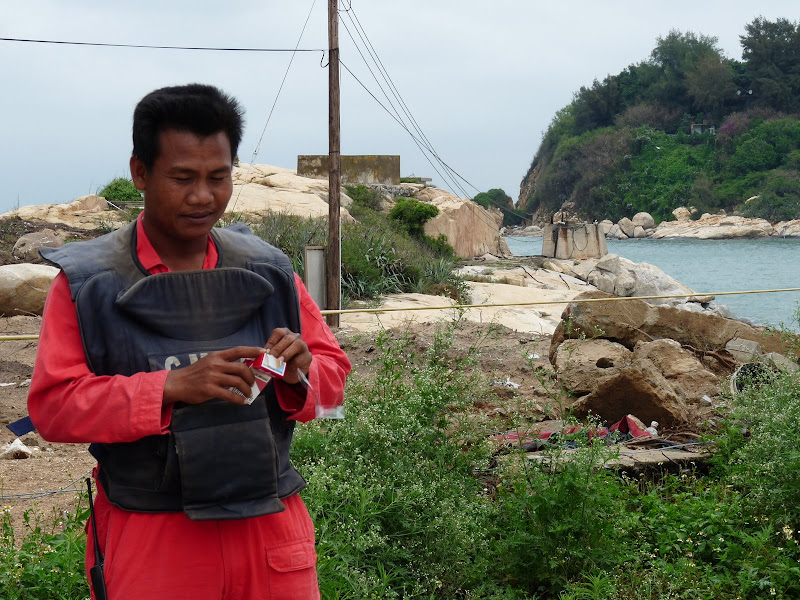 déminage en cours par des Cambodgiens