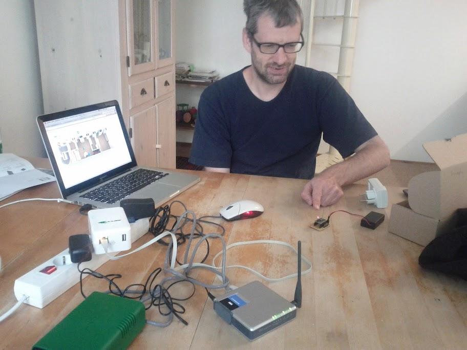 Foto von Harald mit 6lowpan-Geräten