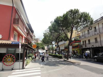 En bred gate med trær mellom kjørefeltene.