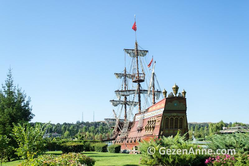 göl kıyısındaki korsan gemisi gerçek ölçülerde ve çocuklar için çok eğlenceli, Sazova parkı Eskişehir