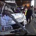 Truk Boks Ringsek, Usai Tabrak Rumah Dan Motor di Mojoagung
