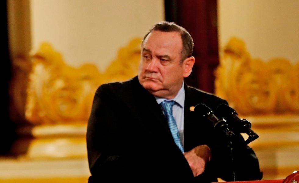 Tratamiento contra COVID-19 le ocasionó anemia al presidente de Guatemala