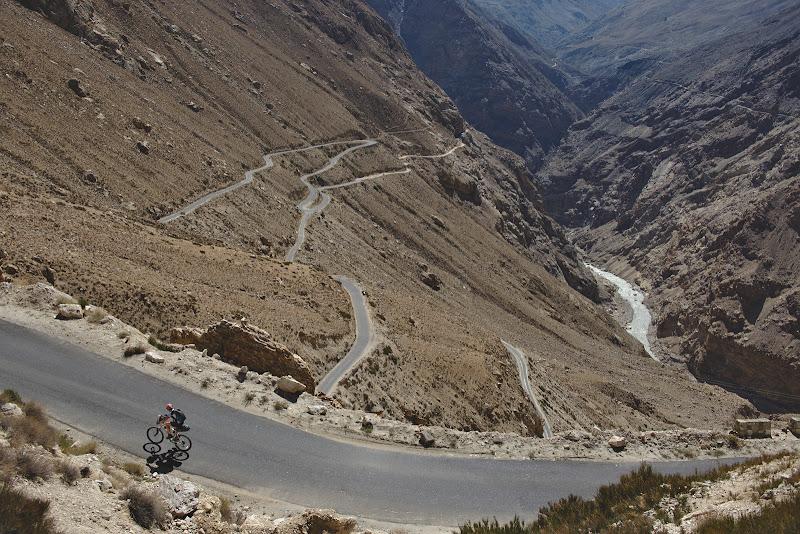 Serpentine peste serpentine si o urcare pana int-run prim pas de 3800 de metri pe drumul spre Kaza.