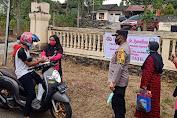Didampingi Bhayangkari Ranting, Polsek Lalabata Bagi Takjil dan Masker Gratis Kepada Warga