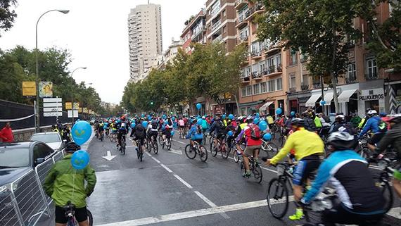 Miles de ciclistas toman las calles de Madrid en la Fiesta de la Bici 2015