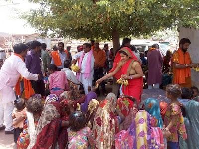 यशोधरा राजे सिंधिया के जन्म दिवस पर खोड मंडल मे आदिवासीयों को बाँटी मिठाई व फल