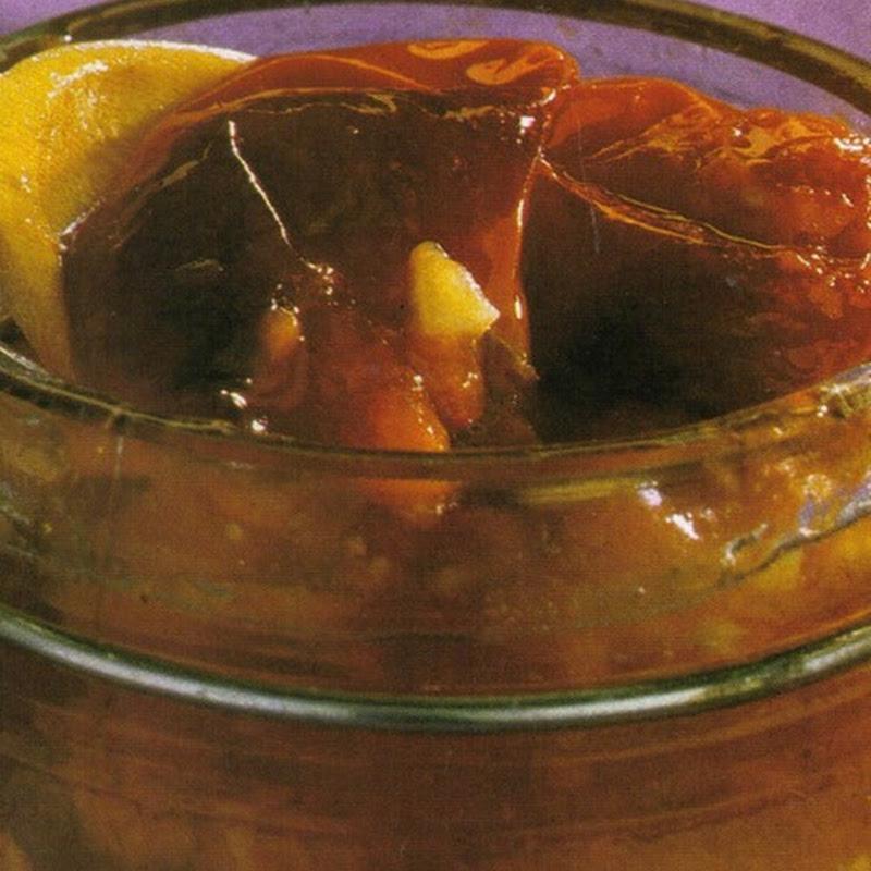 Pomodori sterilizzati, con aglio, basilico, cipolloni e maggiorana.