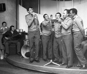 Men singing 4