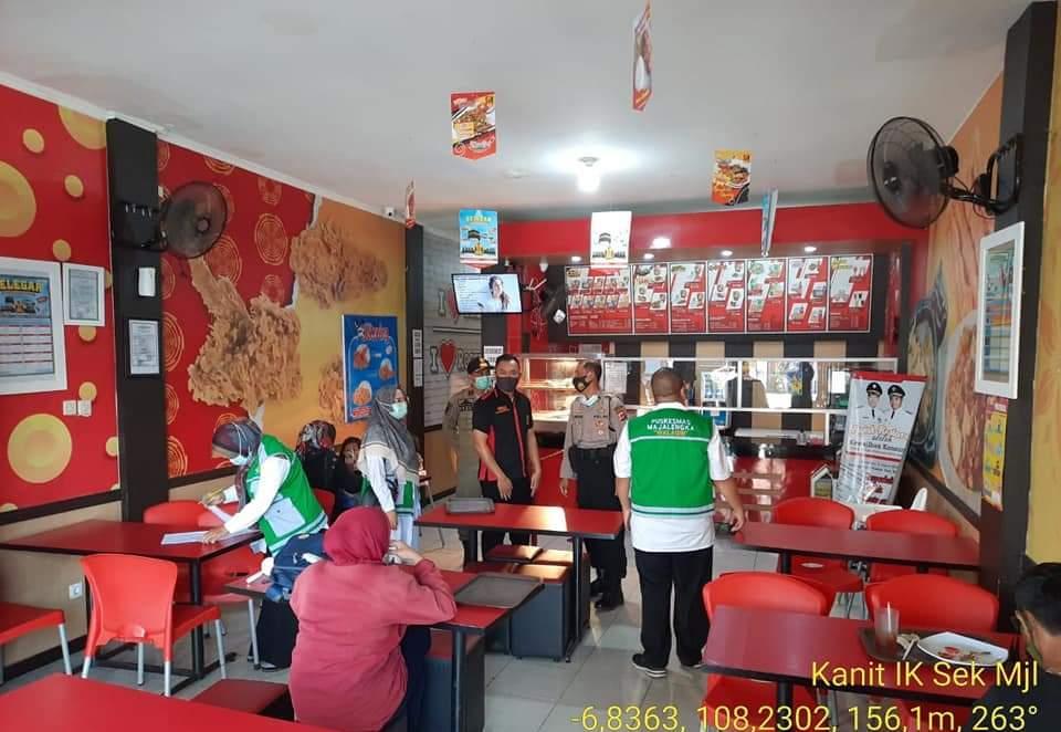 Kapolsek Majalengka Kota Bersama Gugus Tugas Covid-19 Cek Penerapan Protokol Kesehatan 3M di 9 Café