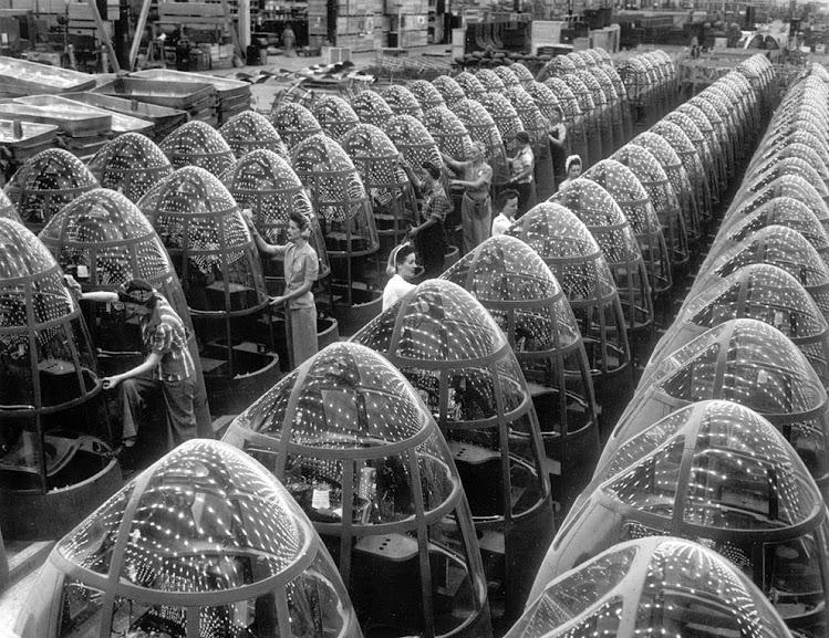 """Trabalhadoras finalizando """"narizes"""" de bombardeiros A-20J na Douglas Aircraft, em Long Beach, Califórnia, em outubro de 1942. Fotografia: AP Photo / Office of War Information."""