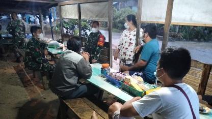 Pemilik Warung Menyambut dengan Ramah,  Dansatgas TMMD Kodim Tapsel dalam Giat Komsos