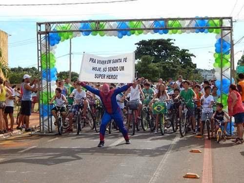 Homem-aranha protesta em Santa Fé do Sul.
