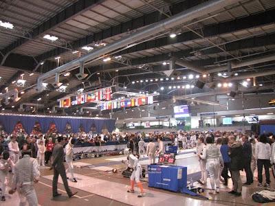 Centrale hal, indrukwekkend groot, gigantisch veel schermers en toeschouwers.
