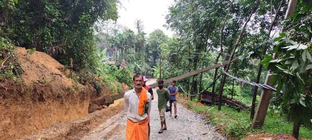 Belthangady power problem - ಬೆಳ್ತಂಗಡಿ: ವ್ಯಾಪಕ ಮಳೆ, ನೆರಿಯ ಸಹಿತ ವಿದ್ಯುತ್ ಕಂಬಗಳು ಧರಾಶಾಹಿ