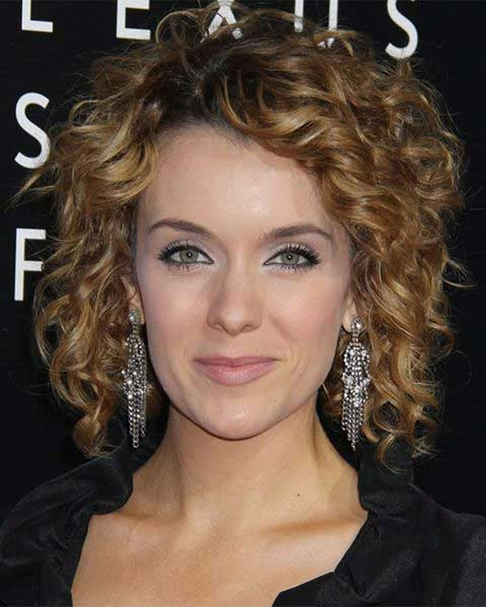 Let,s try trendy curly bob haircuts 2019 for girls