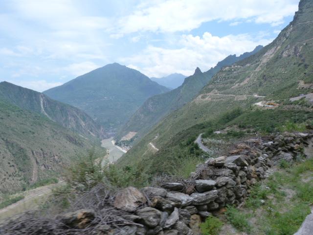 A 7 kilomètres de Danba l'un des plus beaux village de Chine selon le National geographic Chinois (classement 2005)