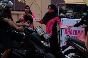 Kbo Sat Intelkam Ipda Mahmuddin S.Sos Pimpin Kegiatan Bagi Takjil di Depan Mapolres Soppeng