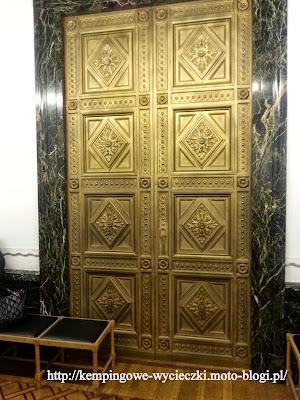 Na zdjęciu widzimy bogato rzeźbione drzwi - jedne z 500 drzwi jakie znajdują się na zamku w Mosznie