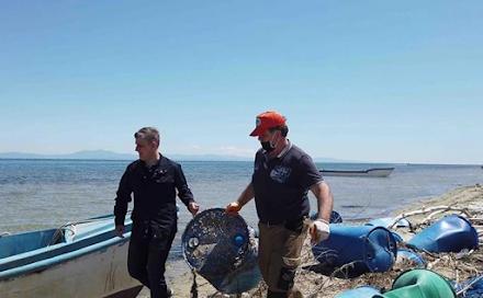 """Επιχείρηση """"Καθαρός Θερμαϊκός"""" : Απομακρύνθηκαν 400 πλαστικά βαρέλια και 15 τόνοι κατεστραμμένων πλαστικών διχτυών"""
