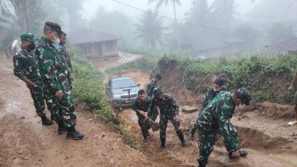 Danrem 023/KS Merasakan Kondisi Jalan ke Lokasi TMMD yang Berlumpur dan Licin