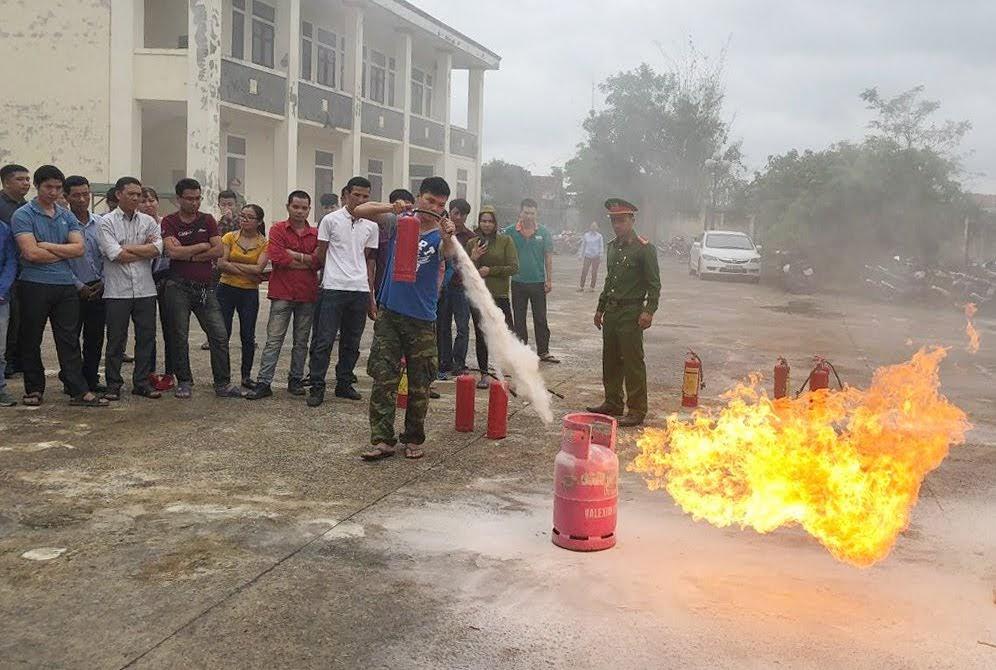 Học viên thực hành kỹ năng chữa cháy