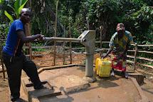 Když už je ale studna hotová, mohou se těšit z řádně filtrované , téměř až průzračné a rozhodně nezávadné pitné vody přímo ve vesnici. (Foto: Marcela Janáčková, ČvT)