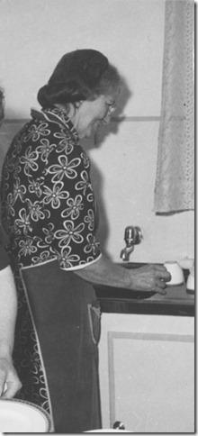 MARKETING WITHOUT MONEY: CHILDREN'S CLOTHING EXCHANGE, NORWOOD, ENGLAND, UK, 1943