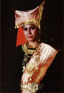 pakaian tradisional bundo kanduang pakaian adat bundo kanduang minangkabau 208x300 Pakaian Adat Tradisional Indonesia