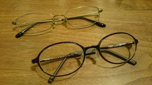 [写真]新旧メガネ。手前が「新」