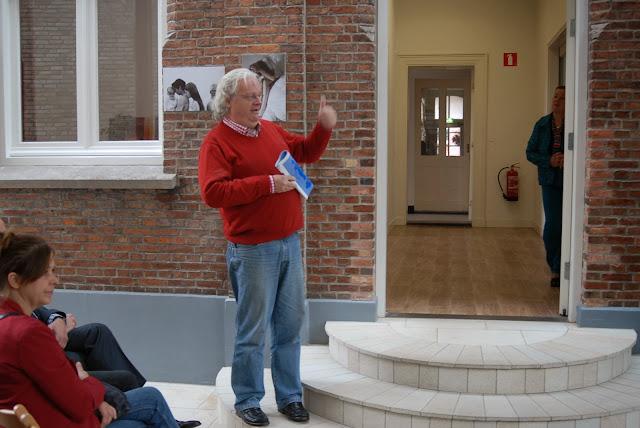 Willem Habers, coördinator R.O.C. geeft een pluimpje aan docent en leerlingen voor de foto's