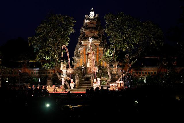 El Lotus Cafe de Ubud por la noche