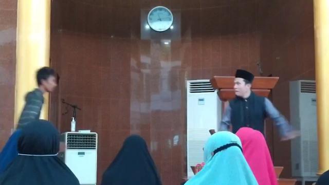 Ustadz Abu Syahid Chaniago diserang oleh orang tak dikenal saat ceramah di Masjid Baitussyakur Batam