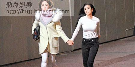 赤腳的謝安琪(右)被陳凱琳拖住走,貼身衫澎湃上圍更加跌蕩。