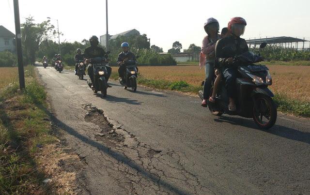 Jalan Berlubang di Terusan Meri Kota Mojokerto