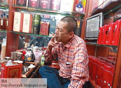 泡著一杯功夫茶、抽著煙的老闆,吹捧地下錢莊匯款周到,十分鐘內搞掂,客人飲兩杯茶,大筆巨款可以點對點匯到香港戶口:「唔想入錢到銀行,可以搵人約在香港一邊現金交收。」