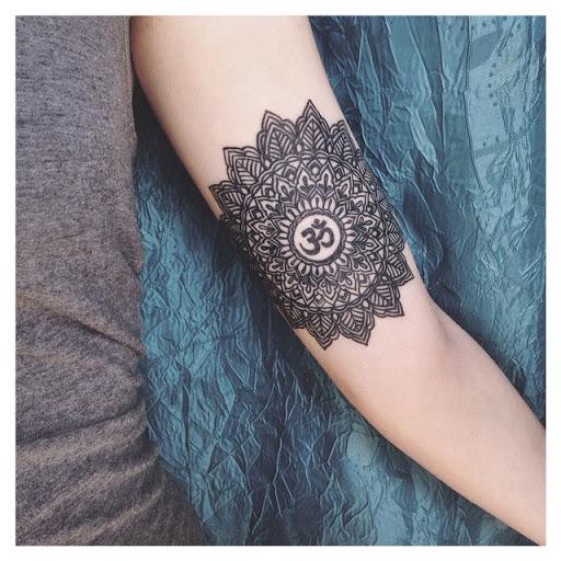 Mandala tatuagem no braco com o uso de uma palavra em Sanscrito Hindu om
