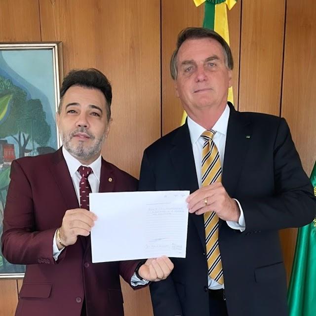 Marco Feliciano recebe documento que ficará no museu das assembleia de Deus em Belém do Pará