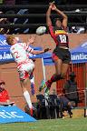 Foto Marius NortjeVincent Maruping van HTS Louis Botha en Willandre Kotzenberg van HTS Middelburg spring hoog in die lug om besit van die bal te bemeester