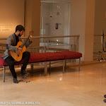 65: Probando una guitarra de Daniel Bernaert, ante la atenta mirada del luthier creador.