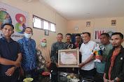 Ketua KPU Soppeng Beri Penghargaan Kepada IWO Soppeng