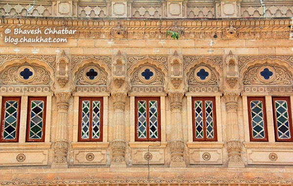Carvings on the walls of Shinde Chhatri