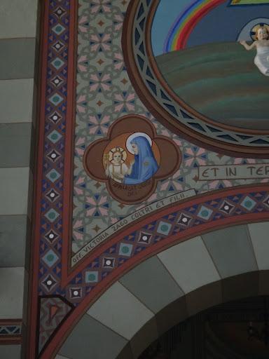 """Apresenta Nossa Senhora com seu Filho Redentor e Salvador dos homens. Em latim tem-se """"Apparuit gratia Dei"""", em português """"Manifestou-se a Graça de Deus""""."""