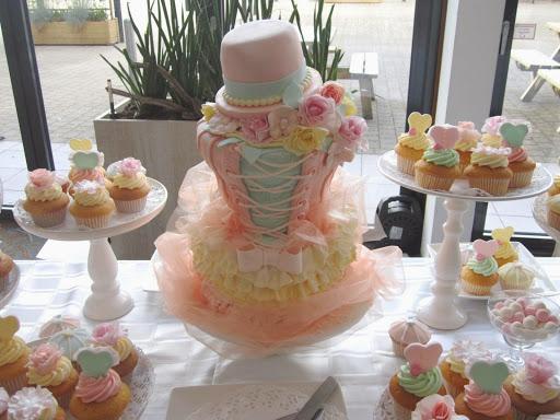 934- Korset taart met cupcakes.JPG
